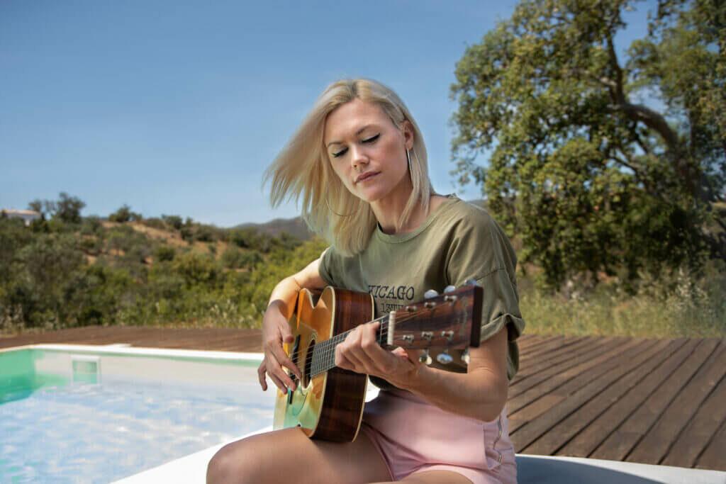 Gitarre am Pool